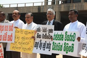 UNP hierarchy protesting outside Parliament complex. Pic by Indika Handuwala