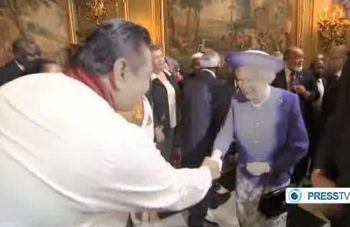 Majinda Rajapakse shakes the hand of the Queen